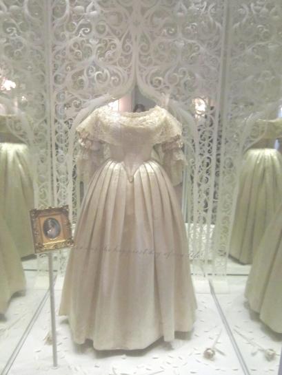 Vestido de casamento da rainha Vitória em exposição no Kensington Palace